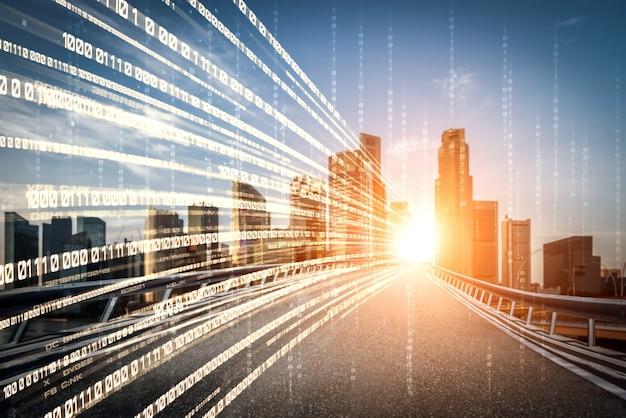 Flusso di dati digitali su strada con sfocatura di movimento per creare una visione di trasferimento veloce della velocità