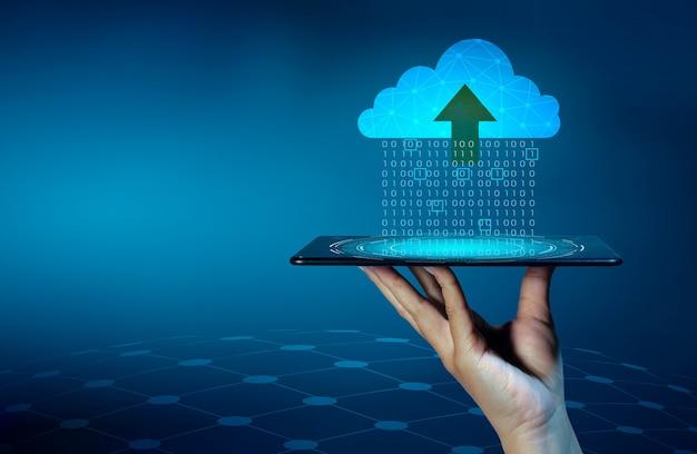 Set di dati digitali di numeri binari inviati alle nuvole su sfondo blu.