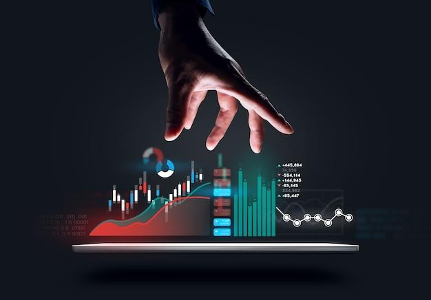Progettazione digitale della mano dell'uomo d'affari che prova ad afferrare il grafico Foto Premium