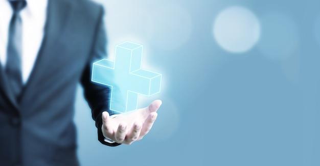 Progettazione digitale dell'uomo d'affari che tiene un segno più su fondo blu