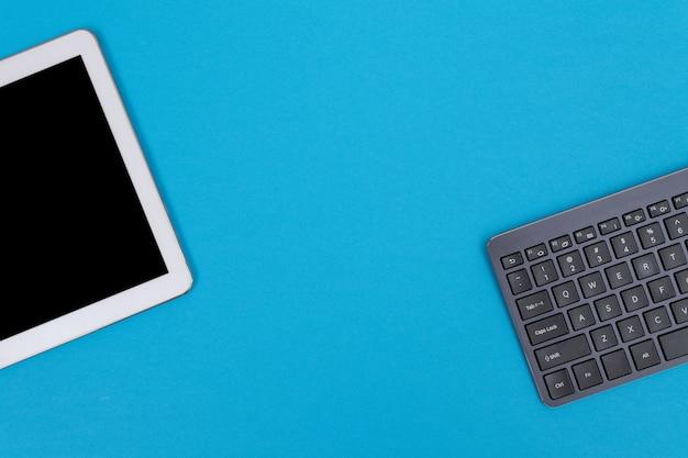 Gadget digitali sul tavolo blu