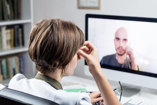 Concetto di salute digitale: medico praticante che ha appuntamento online con un paziente. medico che consulta una persona tramite sistema di web conference
