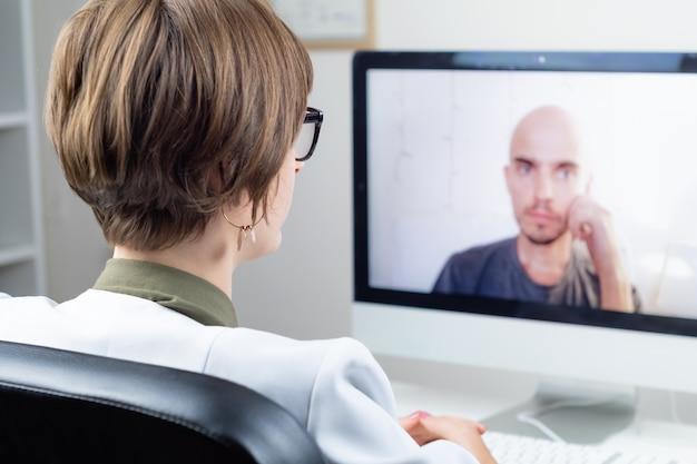 Concetto di salute digitale: medico praticante che ha un incontro online con un paziente. medico che consulta una persona tramite sistema di web conference