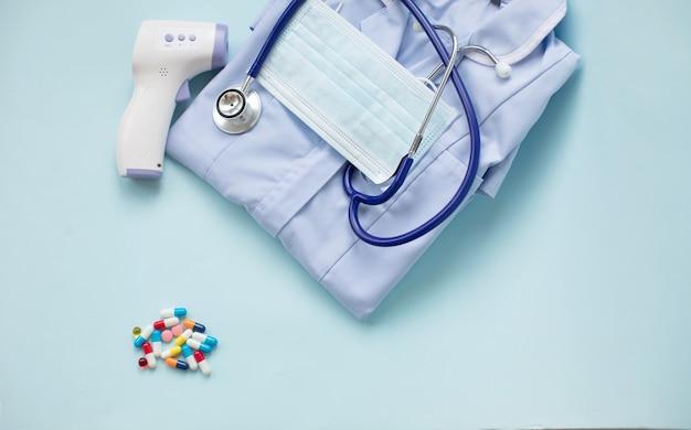Termometro digitale a infrarossi senza contatto per misurare la temperatura, maschera facciale, stetoscopio e pillole