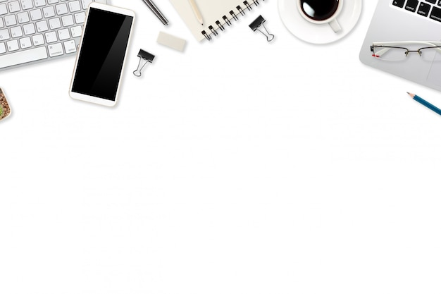 Tabella dell'ufficio di vendita di digital con il computer portatile, gli articoli per ufficio e il telefono cellulare su bianco