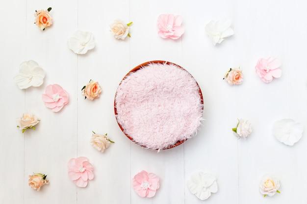 Sfondo composito neonato digitale con fiori. fotografia oggetti di scena floreali.