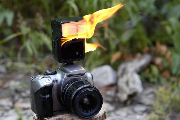 Fotocamera slr digitale con obiettivo zoom e flash elettronico integrato nella fotocamera.