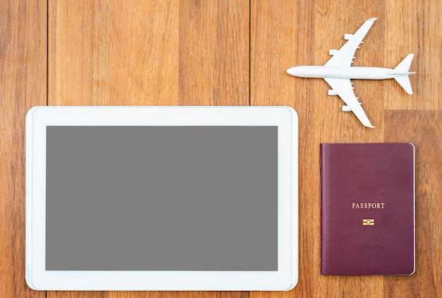 Digital tablet mock up e aereo con passaporto sulla scrivania