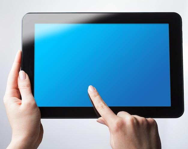 Mockup di tavoletta digitale nelle mani della donna