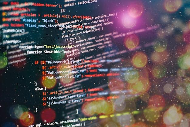 Tecnologia digitale in mostra. html5 nell'editor per lo sviluppo di siti web. codice html del sito web sulla foto del primo piano del display del laptop.