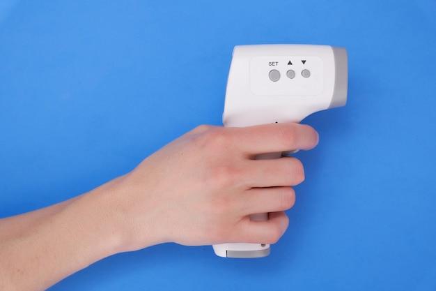 Termometro digitale in manopola su sfondo blu