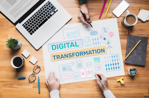 Trasformazione digitale o concetti di business online con persone che lavorano