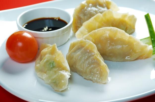 Dim-sum chiamata gyoza, cibo della tradizione asiatica. gnocchi fritti in stile cinese