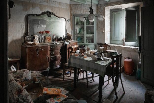 Interno della sala da pranzo di vecchia casa abbandonata