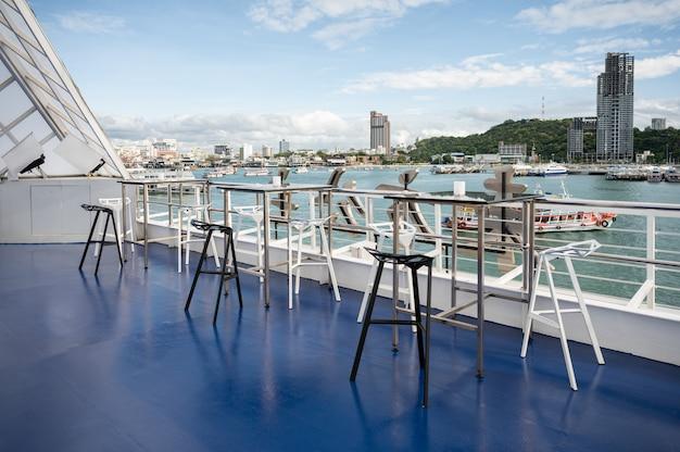 Tavolo da pranzo e sedie sul tetto del ristorante in mezzo al mare a pattaya
