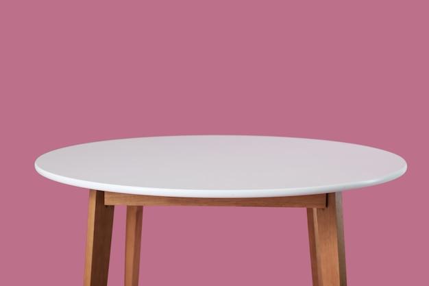 Tavolo da pranzo su sfondo colorato