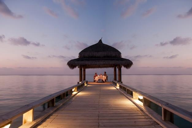 Pranzo sulla spiaggia di sabbia bianca nelle splendide maldive