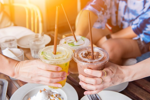 Dinking caffè freddo e salutare con un amico per rilassarsi