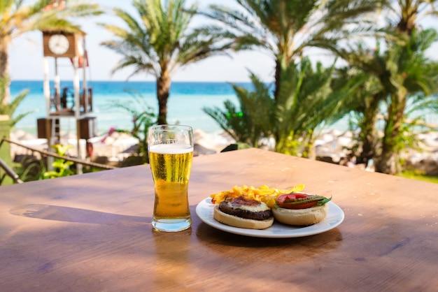 Cena sullo sfondo del mare
