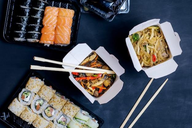 Consegna della cena per due. cucina asiatica. vista dall'alto.