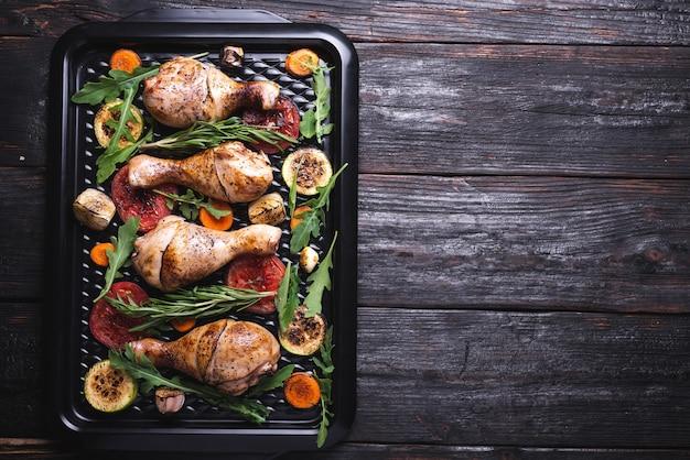 Cena in tavola, pollo fritto, cottura al forno, doratura sulla carne