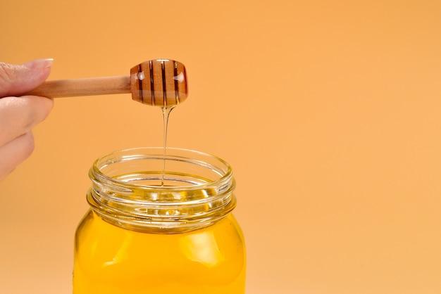 Merlo acquaiolo con miele in mano alla donna