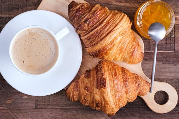 Direttamente sopra cappuccino caffè cappuccino e cornetto e marmellata