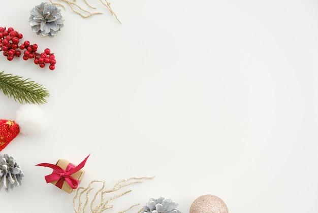Direttamente sopra il colpo di decorazioni natalizie su sfondo bianco