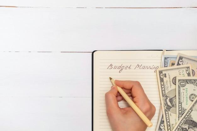 Direttamente sopra la vista del blocco note con parole della scrittura a mano pianificazione del budget