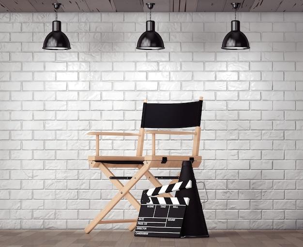 Sedia da regista, valvola di film e megafono di fronte a un muro di mattoni con primo piano estremo della cornice vuota