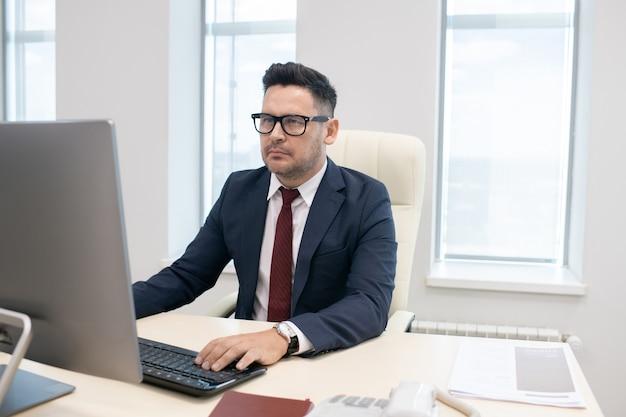 Direttore di un'azienda contemporanea che lavora su un nuovo progetto di business