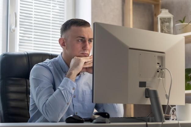 Il direttore si sta concentrando sul progetto. l'impiegato riflette sulla soluzione del problema.