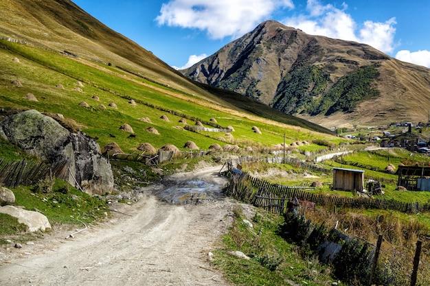 Strada di ghiaia sporca nelle montagne della georgia