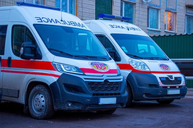 Ambulanze sporche vicino alla casa 04.03.2021 kiev ucraina.