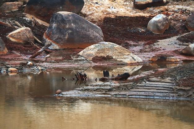 Fondo sporco di un lago prosciugato problemi ecologici