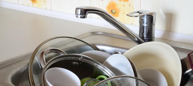 Piatti sporchi e apparecchi da cucina non lavati riempivano il lavello della cucina