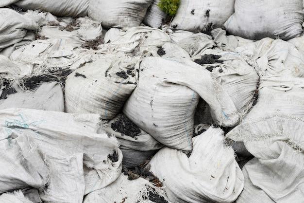 Composizione di oggetti sporchi scaricati