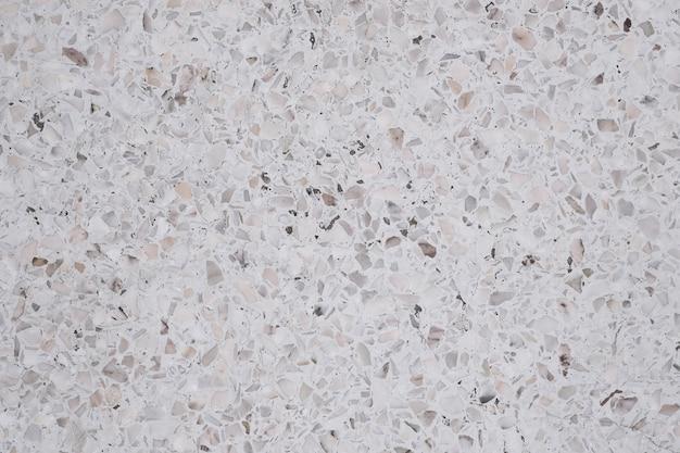 Sporco e polvere su pavimenti e pareti in pietra levigata