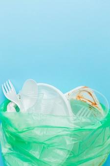 Rifiuti di plastica sporchi in uno spazio della copia del sacchetto