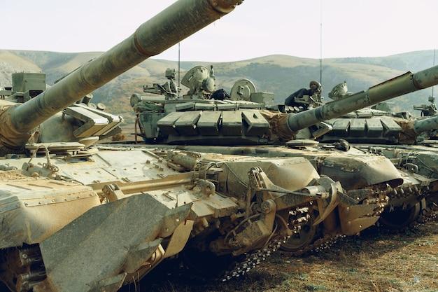 Carri armati russi sporchi al tankodrome nelle montagne