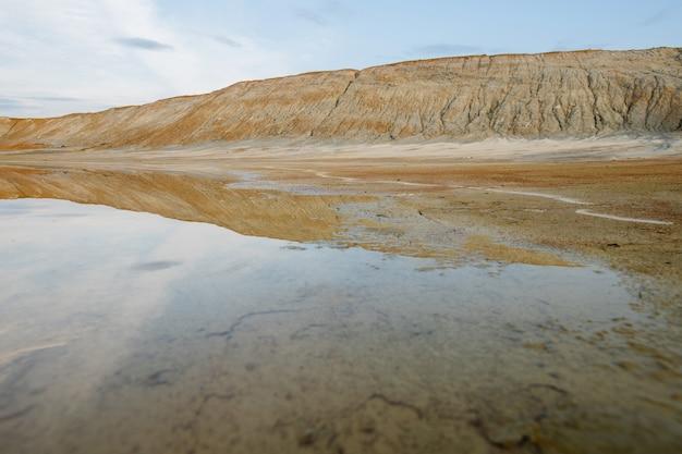 Terreno sporco e acqua su un vasto territorio inquinato con una cattiva situazione ambientale che rappresenta una catastrofe ecologica o una desolazione