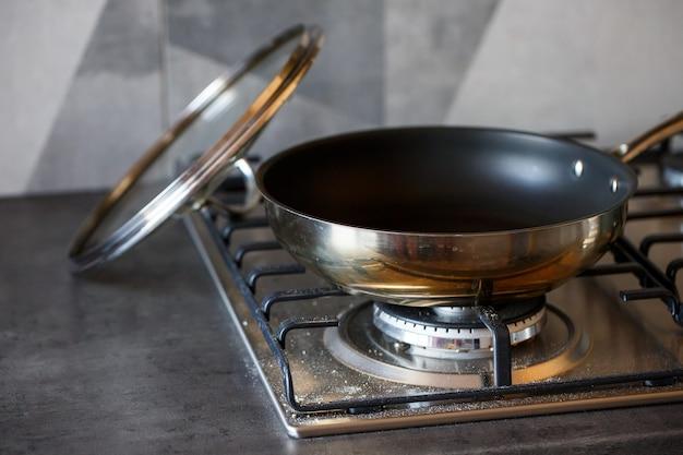 Superficie del gas in acciaio sporco per la cottura dopo l'uso da parte del cuoco