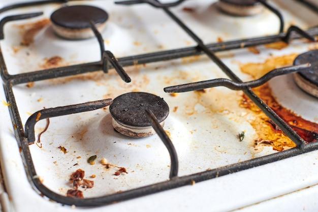 Fornello sporco con avanzi di cibo