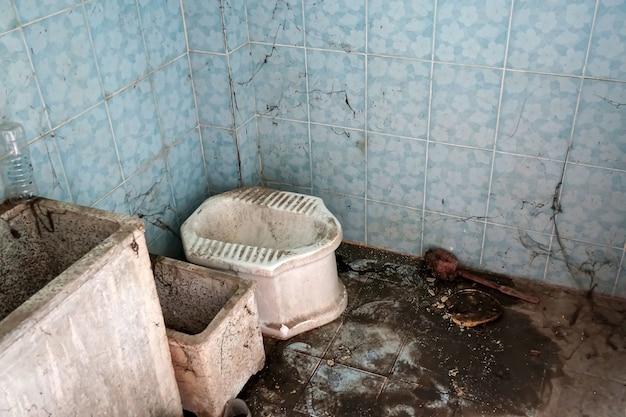 Il wc sporco non è stato pulito da molto tempo