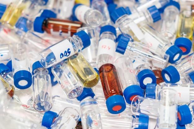 Fiale cromatografiche usate sporche con tappi blu