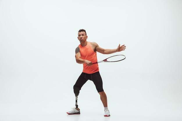 Atleta disabile su sfondo bianco, giocatore di tennis
