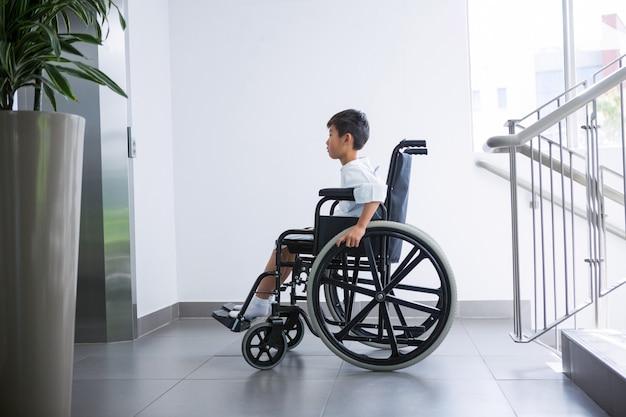 Paziente ragazzo disabile su sedia a rotelle