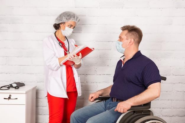Un disabile all'appuntamento con un medico riabilitatore in una clinica specializzata
