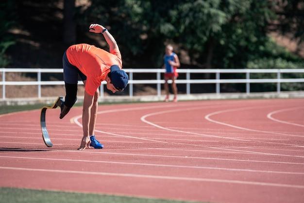 Allenamento di atleta uomo disabile con protesi di gamba. concetto di sport disabili