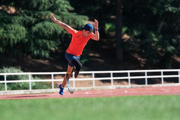Allenamento di atleta uomo disabile con protesi di gamba. concetto di sport paralimpico.